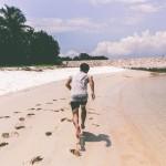 ビーチを走る人