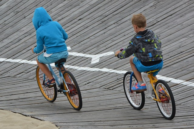 子供が自転車に乗っている画像