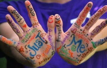 手のひらに言葉が書いてある画像