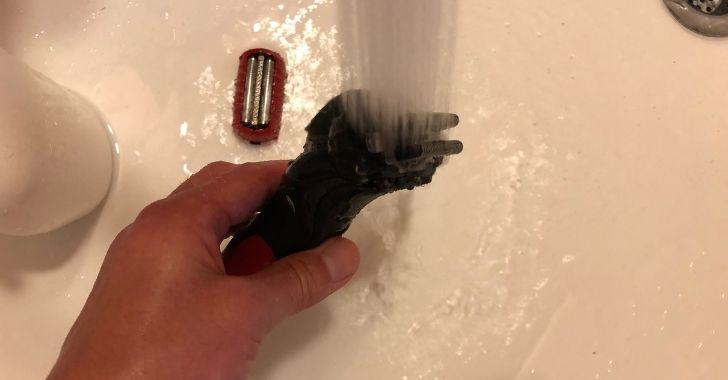 ラムダッシュを水洗いしている写真